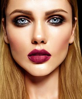 Portrait glamour sensuel de la belle femme blonde modèle femme avec un maquillage quotidien frais avec des lèvres violettes et une peau saine et propre