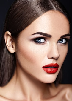 Portrait glamour sensuel de la belle femme modèle femme avec un maquillage quotidien frais