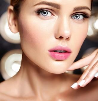 Portrait glamour sensuel du modèle belle femme sans maquillage et peau saine et propre sur fond noir
