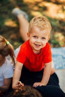 Portrait grand angle d'un enfant souriant