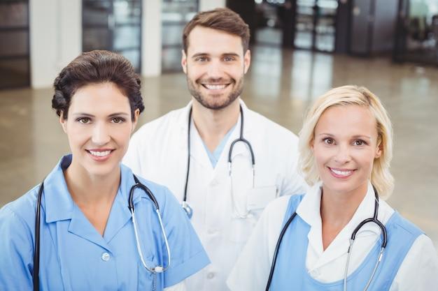Portrait, grand angle, de, sourire, médecins, et, infirmière
