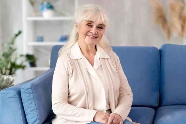Portrait de grand-mère sur canapé