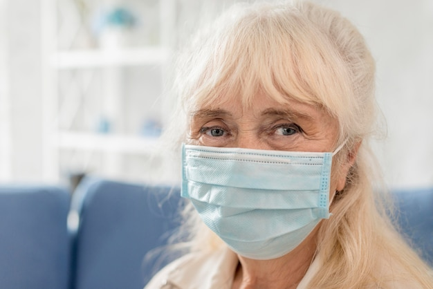 Portrait grand-mère avec masque