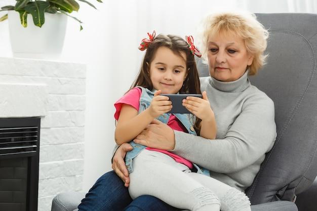 Portrait de grand-mère avec petite-fille