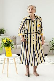 Portrait de grand-mère en robe élégante