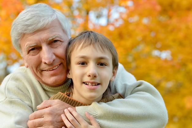 Portrait d'un grand-père avec enfant au parc