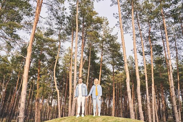 Portrait grandeur nature d'une femme blonde joyeuse et de son petit ami regardant devant eux