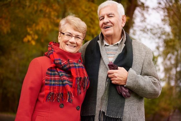 Portrait de grands-parents heureux dans le parc