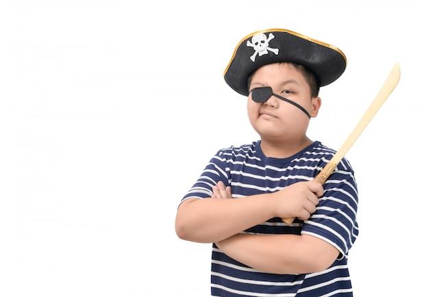Portrait de gros pirate tenant une épée en bois isolée