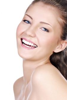 Portrait de gros plan d'une adolescente en riant avec la positivité exprimant lumineux