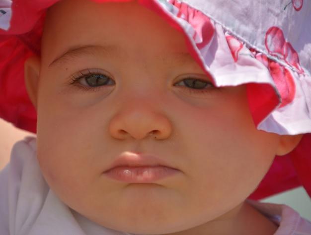 Portrait en gros plan d'un bébé avec la grimace