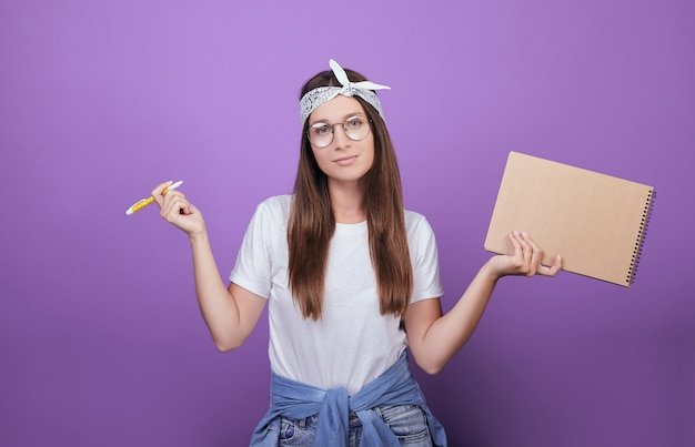 Portrait de gros plan d'une belle femme excitée à lunettes isolé sur le fond