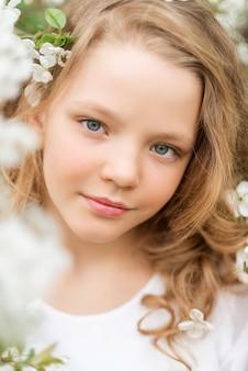 Portrait de gros plan d'une belle fille avec des fleurs blanches