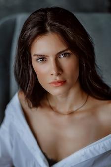 Portrait en gros plan de la belle jeune femme brune