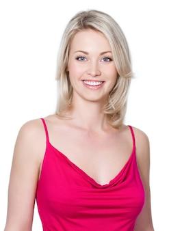 Portrait de gros plan de la belle jeune femme avec un sourire à pleines dents