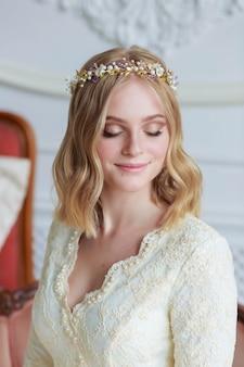 .portrait en gros plan d'une belle mariée le jour de son mariage avec un maquillage et un style professionnels
