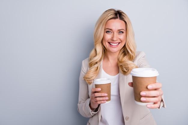 Portrait en gros plan d'une charmante dame sympathique et gaie vous offrant du cacao