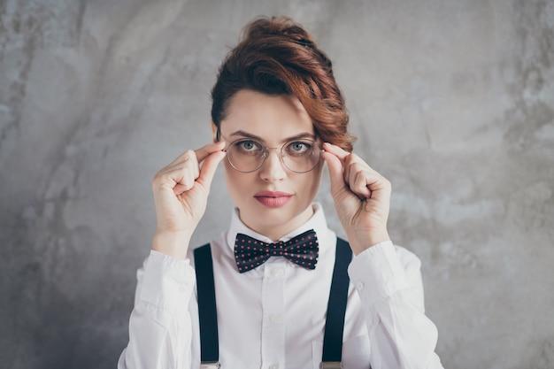 Portrait en gros plan d'elle, elle, beau contenu attrayant, sérieux, intellectuel, fille aux cheveux ondulés, chef de la direction professionnelle, chef, chef, toucher, spécifications, isolé, sur, gris, béton, industriel, mur, fond