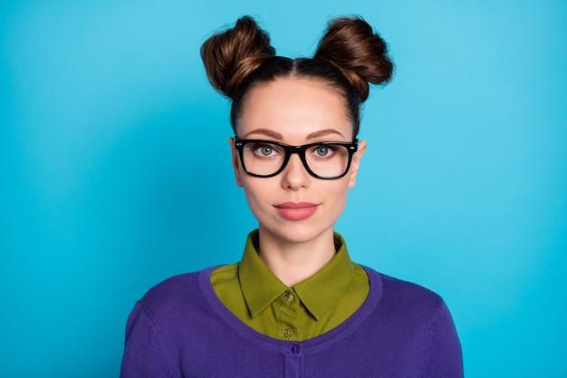 Portrait en gros plan d'elle elle belle jolie jolie jolie écolière intellectuelle aux cheveux bruns isolée sur fond de couleur turquoise bleu sarcelle vert vif brillant éclatant