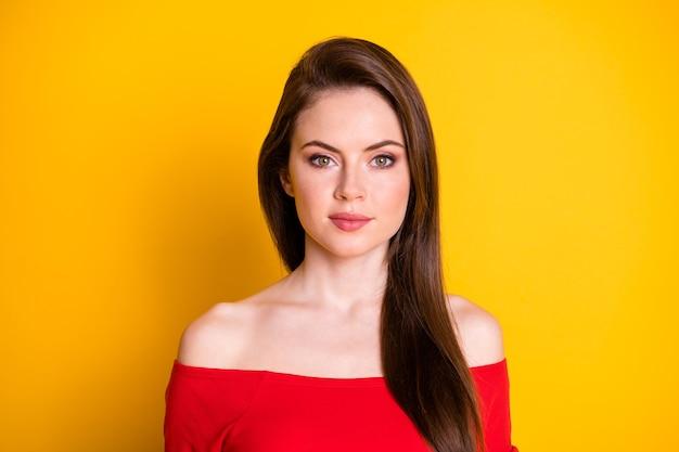 Portrait en gros plan d'elle, elle est jolie, jolie, jolie, jolie, mignonne, séduisante, magnifique, sérieuse, aux cheveux bruns, isolée sur un fond de couleur jaune vif et brillant