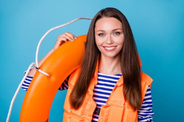 Portrait en gros plan d'elle elle jolie jolie fille gaie et gaie portant un gilet de sécurité portant une bouée de sauvetage sécurité isolée brillante vive éclat fond de couleur bleu vif