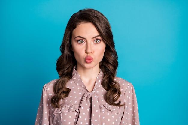 Portrait en gros plan d'elle elle jolie jolie jolie jolie charmante fille aux cheveux ondulés gaie lèvres moue isolées sur fond de couleur bleu vif brillant éclatant