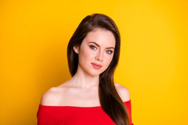 Portrait en gros plan d'elle elle jolie jolie jolie jolie fille aux cheveux bruns adorable isolée sur fond de couleur jaune vif brillant éclatant
