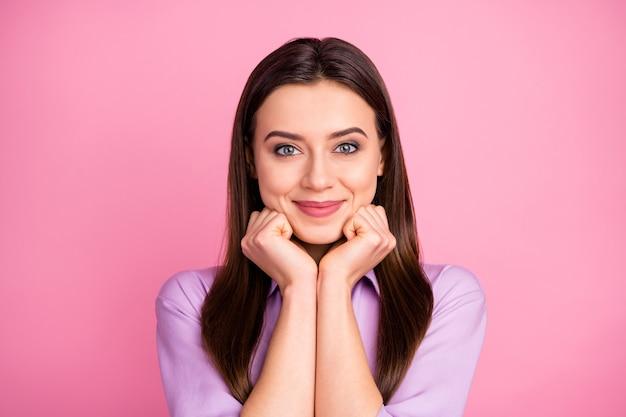 Portrait en gros plan d'elle elle jolie jolie jolie jolie mignonne douce paisible gaie joyeuse fille brune aux cheveux raides attend de bonnes nouvelles isolées sur fond de couleur pastel rose