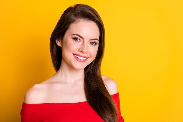 Portrait en gros plan d'elle, elle, jolie, séduisante, séduisante, magnifique, joyeuse, gaie, bien entretenue, aux cheveux bruns, isolée sur un fond de couleur jaune vif et brillant