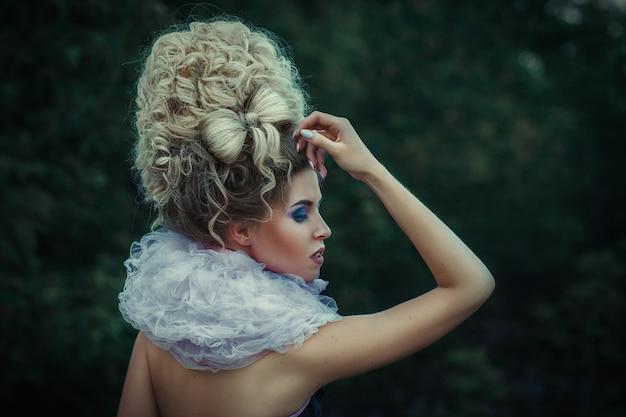 Portrait de gros plan de femme avec une coiffure créative