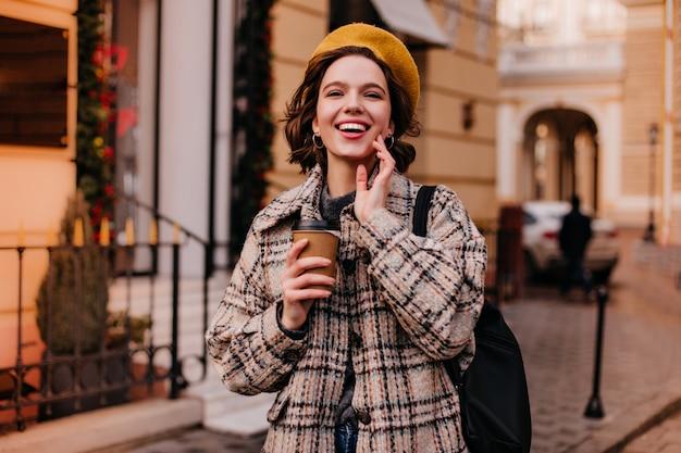 Portrait de gros plan de femme parisienne en beau manteau