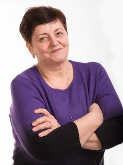 Portrait de gros plan de femme souriante mature sur fond blanc