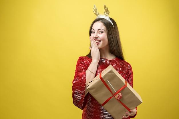 Portrait en gros plan d'une fille avec des cadeaux dans ses mains.