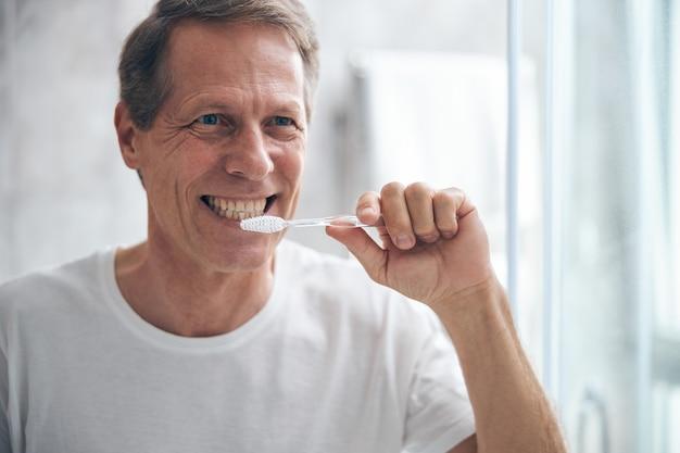 Portrait En Gros Plan D'un Homme Adulte Séduisant Et Joyeux Se Brosser Les Dents Le Matin Photo Premium