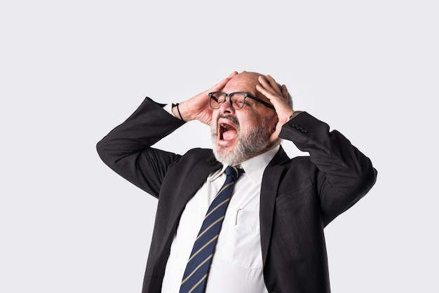 Portrait en gros plan d'un homme d'affaires senior asiatique pensif ou inquiet, confus, avec des expressions de détresse ou des maux de tête