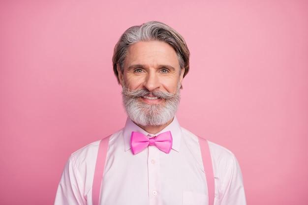 Portrait en gros plan d'un homme barbu isolé sur fond de couleur pastel rose