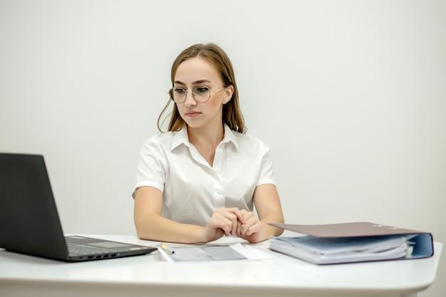 Portrait en gros plan d'une jeune femme chef de bureau confiante sur son lieu de travail, prête à faire des tâches commerciales.