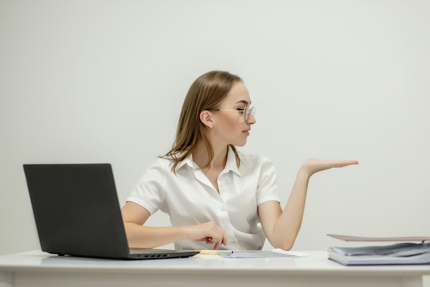 Portrait en gros plan d'une jeune femme confiante chef de bureau sur son lieu de travail