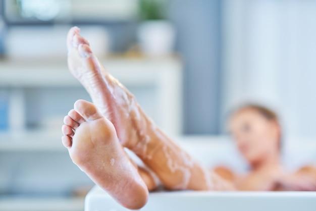 Portrait en gros plan d'une jeune femme se reposant dans la baignoire