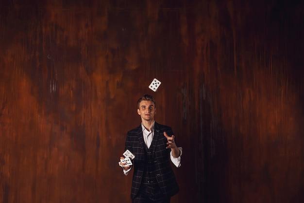 Portrait en gros plan de jeune homme avec des cartes de jeu