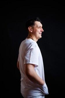 Portrait en gros plan d'un jeune médecin de sexe masculin en vêtements médicaux.
