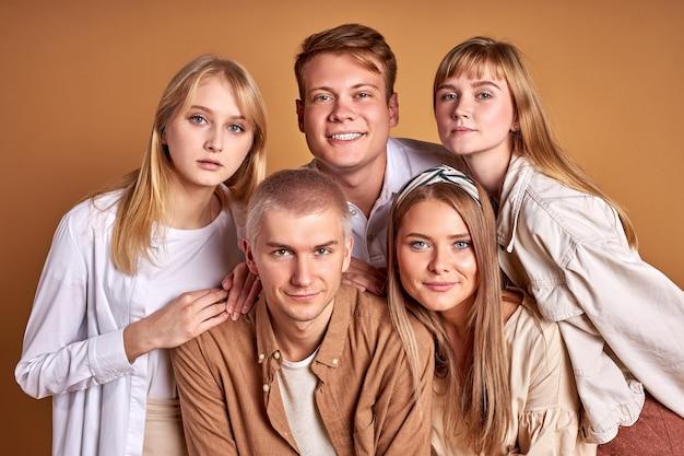 Portrait de gros plan de jeunes d'origine ethnique d'apparence caucasienne regardant la caméra ensemble