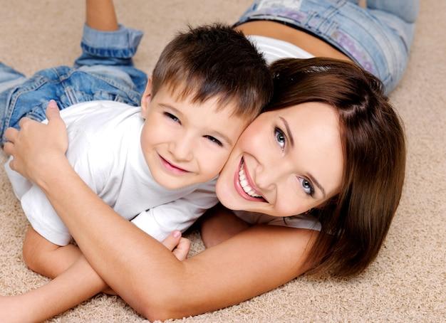 Portrait en gros plan d'une mère joyeuse qui rit et son petit garçon