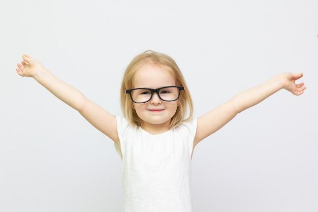Portrait de gros plan de petite fille intelligente dans des verres