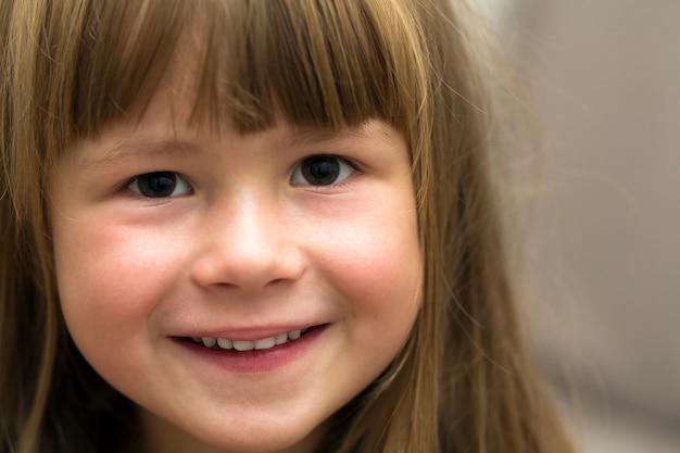 Portrait de gros plan de petite fille.
