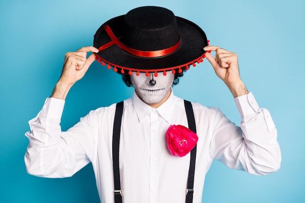 Portrait en gros plan de son beau monsieur chic effrayant effrayant et suspect portant un sombrero cachant le visage santa muerte carnaval isolé brillant vif éclat bleu vibrant fond de couleur