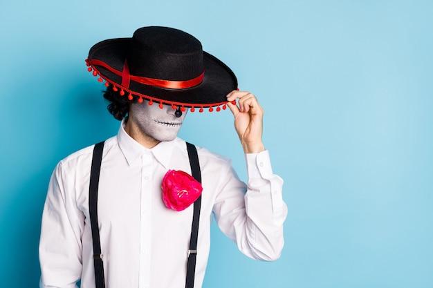 Portrait en gros plan de son effrayant mec chic et effrayant gentleman inconnu étranger sans visage portant un sombrero cachant le visage de l'espace de copie de carnaval isolé sur fond de couleur bleu vif brillant éclatant
