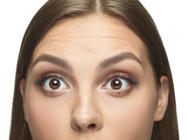 Portrait en gros plan des yeux de la jeune femme sans rides.