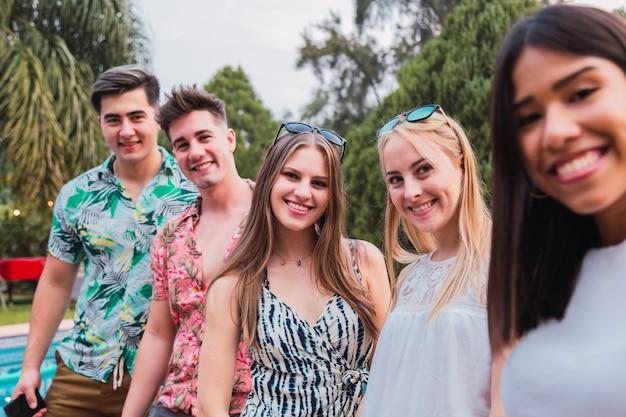 Portrait d'un groupe d'amis profitant du plein air
