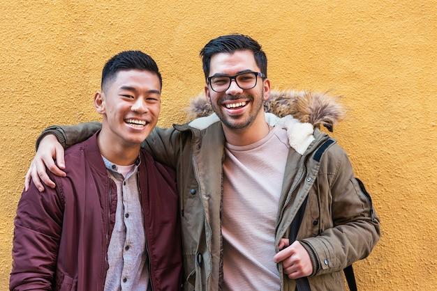 Portrait d'un groupe d'amis regardant la caméra dans la rue. notion d'amitié.